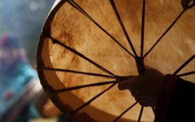 mão a segurar um tambor xamânico